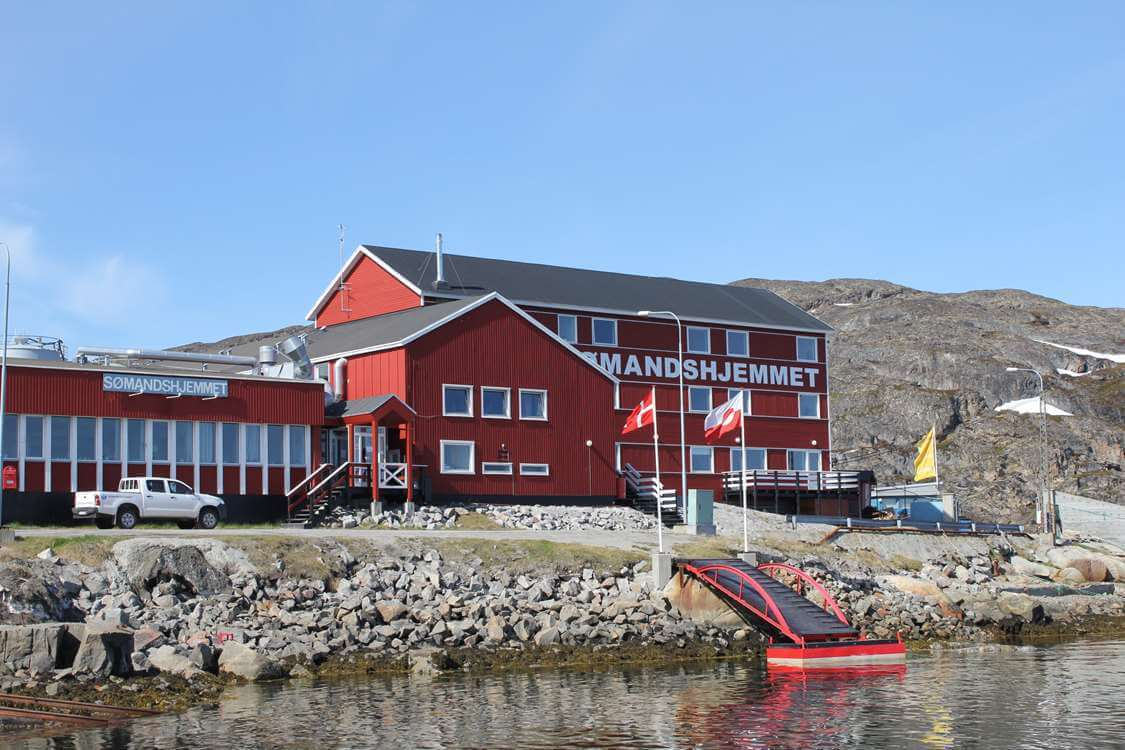 The Aasiaat Seamen's Home from outside on a sunny day. Photo by Aasiaat Sømandshjem