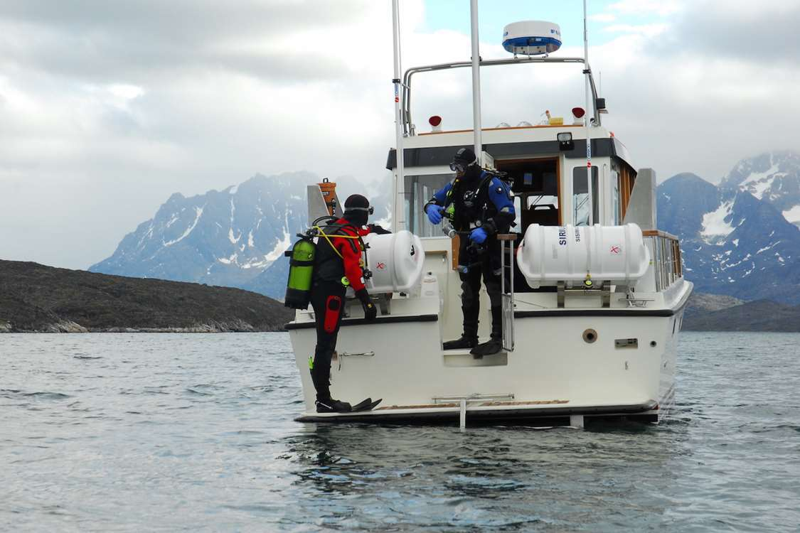 Two scuba divers on a fishing trip near Sisimiut. Photo by Sirius Greenland