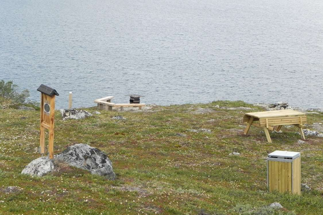 Bench and viewpost area in Kapisillit. Photo by Asimut Tours and Camp