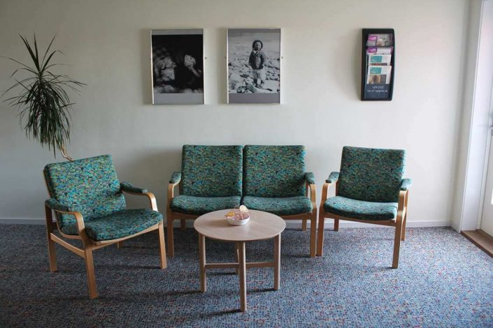 Comfortable seating area in the entrance hall. Photo by Aasiaat Sømandshjem
