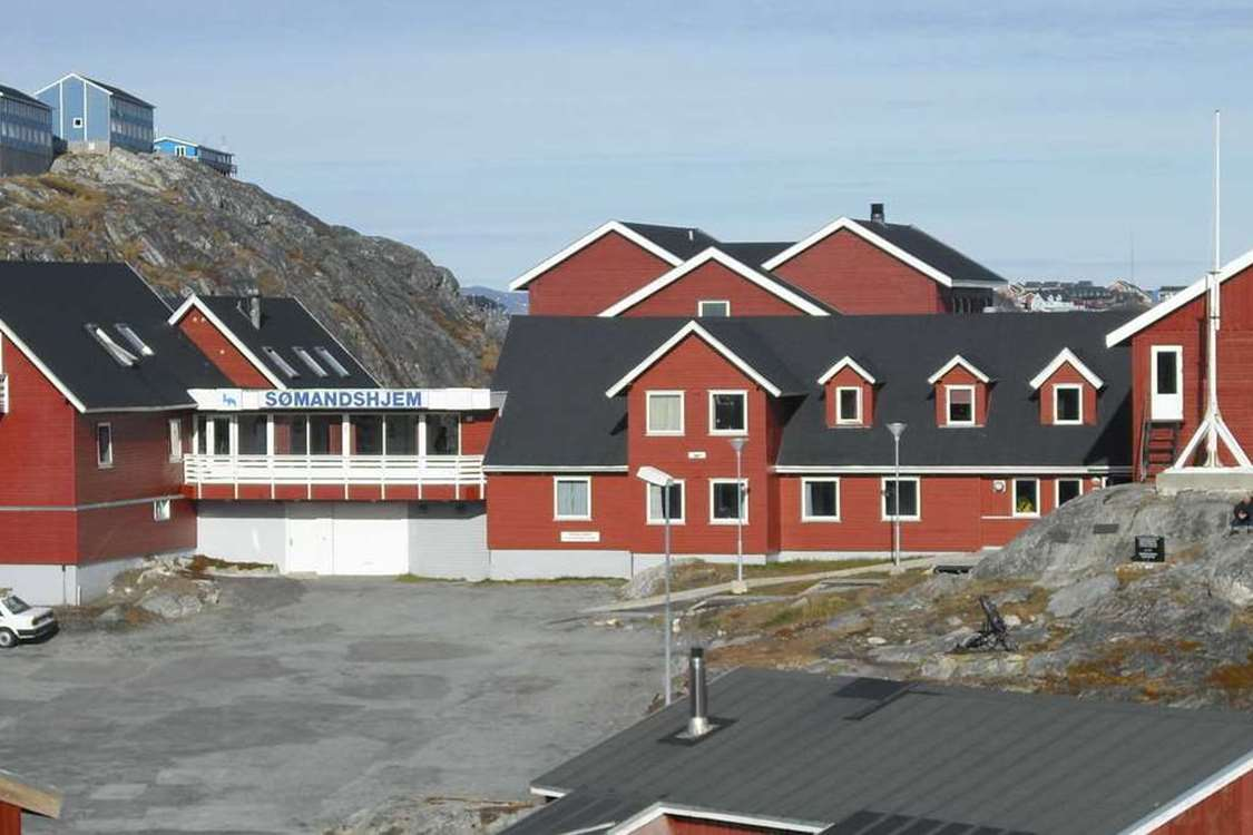 View of Hotel Seamen's home, Nuuk in Summer. Photo by Nuuk Sømandshjem