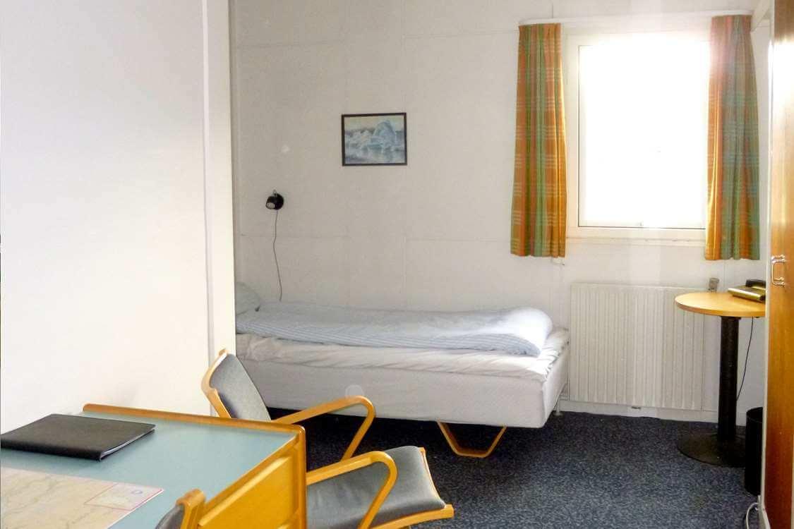 Bright standard room with single bed. Photo by Hotel Sømandshjemmet, Visit Greenland